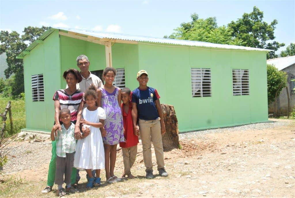 Elupina y su familia obtiene su vivienda prefabricada en alianza con FUNDASEP