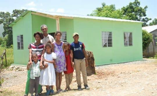 Elupina y su familia obtienen su vivienda prefabricada en alianza con FUNDASEP.